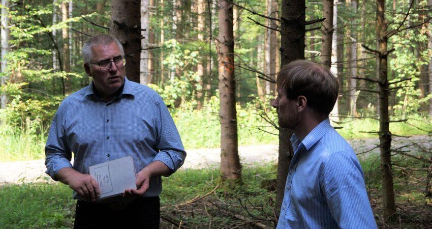 Weichenstellung für den Zukunftswald: Karl Bär folgt Einladung zum forstpolitischen Waldspaziergang